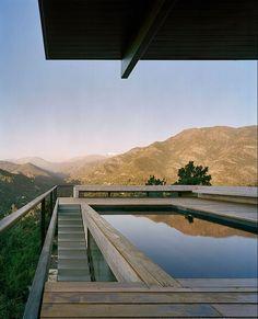 Arquitetura Contemporânea em Santiago Chile por Max Nunez. Casa de campo na montanha com Vista da Piscina para as montanhas. Piscina com deck de madeira rustico.