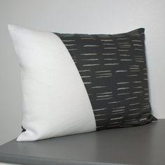 Coussin graphique en lin blanc et coton gris/blanc