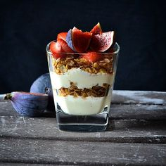 Vanilla yogurt, multiflakes, strawberries and ripe juicy figs Vanilla Yogurt, Healthy Recipes, Healthy Foods, Panna Cotta, Cheesecake, Strawberry, Pudding, Ethnic Recipes, Desserts