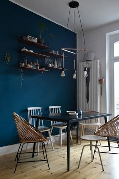 Décor do dia: azul petróleo e madeira no cantinho da cozinha