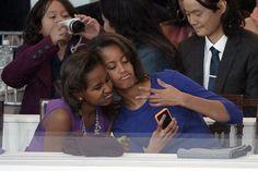 Pin for Later: Dites cheeeeeese ! Les meilleurs selfies des stars sont ici !  En janvier 2013, Malia Obama et Sasha Obama ont fait un selfie marrant dans les coulisses de la parade d'inauguration présidentielle en 2013.