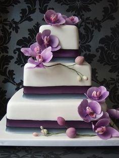 Pastel cuadrado de tres pisos en orquídea radiante y con orquideas