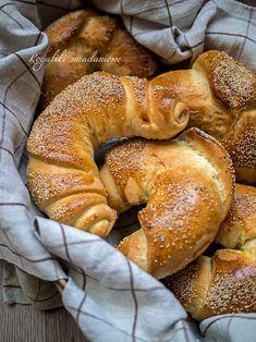 Sprawdzony przepis na najlepsze rogaliki śniadaniowe na drożdżach - lepsze niż z piekarni ;) Croissant, Bagel, Bread, Baking, Food, Bread Making, Patisserie, Crescent Roll, Essen