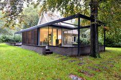 Aanbouw tuinkamer in glas en staal | In deze uitbouw is de woon- en eetkamer in een tuinkamer aanbouw van glas en staal ondergebracht. Door wilbongers