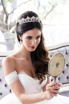 The 15 most beautiful bridal hairstyles with tiara or diadem - in white Wedding groundwork; Wedding Tiara Hairstyles, Bride Hairstyles, Ciara Hairstyles, Hairstyle Ideas, Wedding Makeup Tips, Bridal Makeup, Classic Wedding Hair, Hair Wedding, Wedding Dress