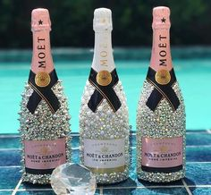 Hochzeitsgeschenke crafts for birthday Alcohol Bottle Decorations, Liquor Bottle Crafts, Alcohol Bottles, Diy Bottle, Bottle Art, Glitter Champagne Bottles, Bling Bottles, Bedazzled Bottle, Garrafa Diy