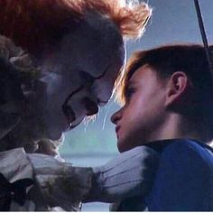 Pennywise about to kiss his husband Scary Movies, Horror Movies, Good Movies, Skarsgard Family, Bill Skarsgard, It Movie Cast, It Cast, Stranger Things, Steven King