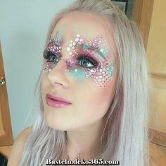 Glitter Carnaval Masculino - Glitter Maquillaje Colores - - - - Glitter Projects To Sell Glitter Carnaval, Make Carnaval, Mermaid Face Paint, Mermaid Makeup, Adult Face Painting, Body Painting, Bodysuit Tattoos, Glitter Face Paint, Initial Tattoo