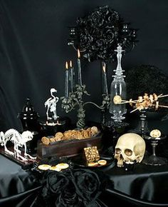 Scary halloween wedding centerpieces ideas using skull Gothic Halloween, Theme Halloween, Halloween Dinner, Holidays Halloween, Scary Halloween, Halloween Crafts, Happy Halloween, Halloween Entertaining, Halloween Festival