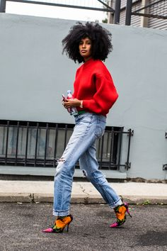Check out the best street style looks shot by Sandra Semburg at Paris Fashion Week Spring/Summer Paris Street Fashion, Street Style Fashion Week, Look Street Style, Street Style Summer, Lässigen Jeans, Mode Jeans, Jeans Rock, Black Girl Fashion, Denim Fashion