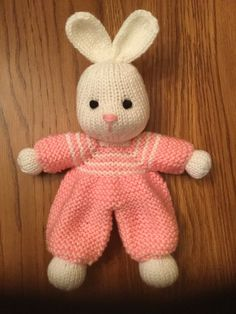 proyecto de tejer bunny little lovey por rainebo loveknitting * häschen-kleines lovey strickendes projekt durch rainebo loveknitting Animal Knitting Patterns, Christmas Knitting Patterns, Crochet Patterns, Knitted Doll Patterns, Love Knitting, Arm Knitting, Crochet Bunny, Crochet Toys, Loom Knitting Projects
