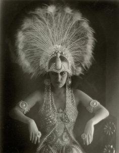Gloria Swanson huge ostrich headdress looks like a Ziegfeld Follies outfit Meas Vintage, Look Vintage, Vintage Beauty, Makeup Vintage, Vintage Glam, Vintage Models, Burlesque Vintage, Burlesque Theme, Burlesque Outfit