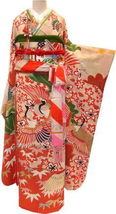 かわいい古典柄のお振袖が婚礼衣装のラインナップに加わりました。 松竹梅に鶴丸紋柄のまさにおめでたい柄づくし。 2羽揃った鶴の表情もなんだかとて...