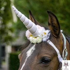 Super beautiful white unicorn horn for your horse or pony with white horn and flower decoration. Perfect for a photoshoot, halloween, wedding, engagement for fun or to make an outside ride. This unicorn can be made to fit every horse with elastic band and velcro and it stays in place