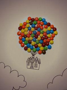"""Fotografia basada en la pelicula de pixar """"UP una aventura de altura"""", un tema muy dulce y atractivo, hecho con chocolates recubiertos de colores, para simbolizar los globos que sostienen la casa."""