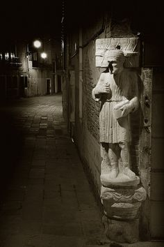 A dark alleyway in Venice (near Tintoretto's house).