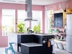 Uma cozinha em rosa, branco e cinza escuro