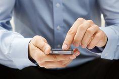 Das Smartphone ist aus der modernen Kommunikation nicht mehr wegzudenken, doch die dauerhafte Nutzung kann Ihren Rücken schädigen. Was Sie dagegen tun können...
