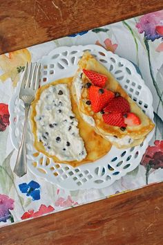 These easy, lightened up Cannoli Crepes with Strawberries taste sweet and decadent but are just 104 calories or 3 WW SmartPoints each on all myWW plans! Weight Watchers Breakfast, Weight Watchers Meals, Ww Recipes, Healthy Recipes, Skinny Recipes, Healthy Treats, Sicilian Recipes, Sicilian Food, Crepe Ingredients