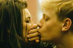 Mommy (Kanada 2014). Xavier Dolanin elokuvassa sinkkuäiti yrittää kasvattaa henkisesti tasapainotonta 14-vuotiasta poikaansa. Visuaalisesti hieno leffa ja loistavat näyttelijät mutta raskasta katsottavaa. Tämän jälkeen on istuttava hetki paikoillaan ja vedettävä henkeä. Toisaalta ei pidä unohtaa, että iloja voi ammentaa pienistäkin asioista. Vaikka kaikki olisi päin persettä, voi aina kattaa lounaan terassille ja jakaa sen ja roseeviinipullon ystävien kanssa.