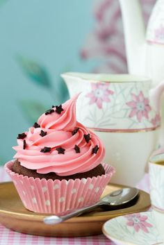 Cómo hacer frosting de chocolate. La decoración de tartas, galletas y cupcakes es un arte que se ha puesto muy de moda en el ámbito de la repostería. Normalmente decoramos nuestros postres con fondant o frosting que podemos hacer noso...