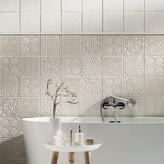 Tubadzin Majolika fürdőszobai termékcsalád Falicsempék mérete: 20×20 cm Termékcsaládszínei: barna, krém, szürke Falicsempék felülete: fényes/matt Gyártási hely: Lengyelország Szállítási idő: ~1 hét