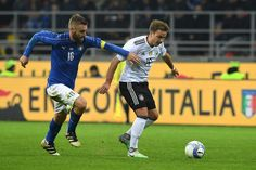 Daniele De Rossi of Italy (L) competes for the ball with Leon Goretzka of Germany during Friendly Match between Italy and Germany at Giuseppe Meazza Stadium on November 15, 2016 in Milan,Italy .
