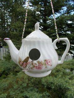 New Bird Feeders Diy Teapot Birdhouse Ideas Teapot Crafts, Cup Crafts, Garden Crafts, Garden Projects, Teapot Birdhouse, Birdhouse Ideas, Unique Birdhouses, Diy Bird Bath, Glass Garden Art