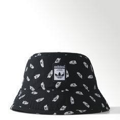 The adidas Originals Superstar Bucket Hat calls out Originals history with a graphic print of the iconic adidas Superstar sneaker. This easy-to-wear bucket hat is finished with a front woven label that replicates the famous shoe's original tongue label.