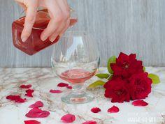 Rosensirup selber machen ist ganz einfach! Mit unserem Rezept für Rosenblütensirup mit Birkenzucker (Xylit) habt ihr das perfekte Geschenk für Geburtstage.