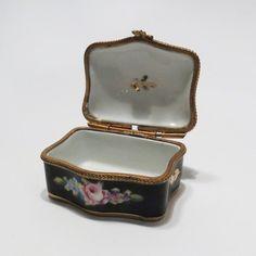 Hoi! Ik heb een geweldige listing gevonden op Etsy http://www.etsy.com/nl/listing/128947246/vintage-limoges-trinket-box-peint-mein