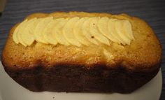 Ingredients:  - 4 ous - 200g de sucre - 150g de farina - 50g de maicena - 1 sobre de llevat - 2 pomes - 200ml nata líquida - 50ml d'oli d'...