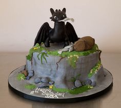 It's Toothless from How to Train Your Dragon...on a cake! I can't think of a better combination. By Rouvelee's Creations.