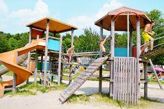 Kinderen kunnen hun lol niet op in een van de speeltuinen. Lol, Park, Parks, Fun