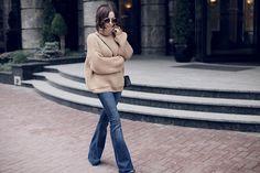 Sonya Karamazova, flares, flared jeans, flare jeans, Zara flare jeans, oversize, oversize sweater, джинсы клеш, 70s vibes, 70s outfit ideas street style, объемный свитер, street style, street look