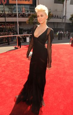 [MWA's Party] Miley Cyrus in Black Dress 2012  MTV VMAS on Red Carpet | Miley Cyrus wore a black dress with plunging v-neck.