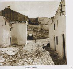 Calle junto a la muralla del Castillo de Torredonjimeno