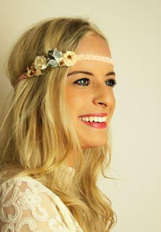 Geflochtenes Haarband mit Blüten   Little Bouquet #headband #flowers #blumen #blueten #blumenhaarband #blumenkranz #hochzeit #wedding #boho #hippie #frisur #braut #bride #bridal
