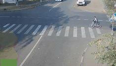 BIZAR Wat doet de fietser op het VOP aan de voor hem verkeerde kant van de weg? Waarom geeft de vrachtwagen geen voorrang aan de rode auto van rechts? Waarom rijdt de rode auto te hard?