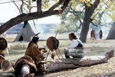 Nachrichtenfoto : Kevin Costner talking with a Sioux Indian in a...