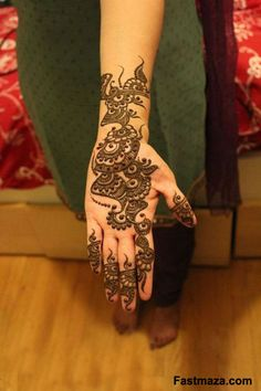 In Pakistani Mehndi Designs are getting popularity day by day.Pakistani mehndi designs are normaly not very heavy mehndi designs.they are simple and light and in these designs often contains flowers and swirls. Beautiful Mehndi Design, Simple Mehndi Designs, Mehandi Designs, Pakistani Mehndi Designs, Simple Henna, Easy Henna, Alphabet Images, Festival Image, Mehendi