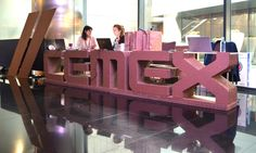 Mostrador letras corpóreas de carton cemex evento corporativo diseñado por Cartonlab. Cardboard table counter lettres CEMEX corporate event designed by Cartonlab.
