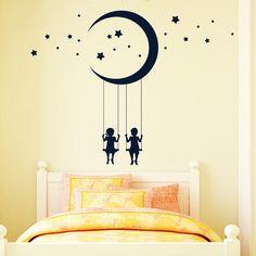 Wandgestaltung: Mond und Sterne über den Betten