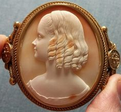Cornelian shell and mounted with 18k gold. Ca. 1840 signed by Tommaso Saulini.