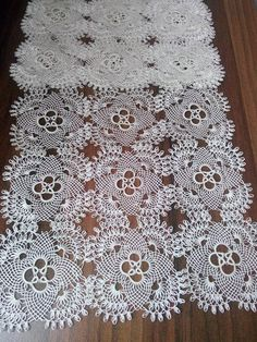This Pin was discovered by Sab Filet Crochet, Crochet Motif, Crochet Designs, Crochet Patterns, Crochet Hats, Needle Lace, Bobbin Lace, Needle And Thread, Crochet Table Topper