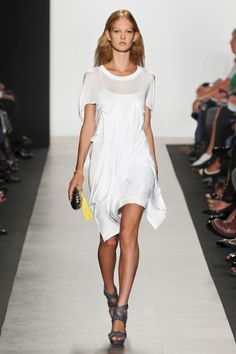Runway this dress looks like a long T-shirt. Sharing the same characters of the Trapeze White Dress Summer, Summer Dresses, White Party Attire, Casual Elegance, Lovely Dresses, Spring Outfits, New Look, Elegant, Conformity