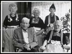 Bejaarden familie in onderhuis. Foto Hans van Weel #NoordHolland #Volendam