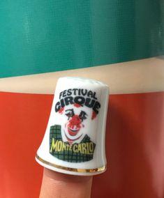 Voici une belle réalisation pour le Festival du Cirque de Monte-Carlo! #cirque #circus #montecarlo #thimble #deacoudre #desouvenir #souvenir #clown #personnalisation #cadeau #cadeaupersonnalise #collection #digitabuphile Monte Carlo, Voici, Mugs, Tableware, Collection, Souvenir, Thimble, Gift, Dinnerware