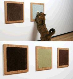 Griffoir pour chat fait d'une petite planche et de chutes de moquette.