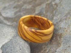 http://es.dawanda.com/product/1625522-Ring-Olivenholz-Fingerring-Holzring-Holz
